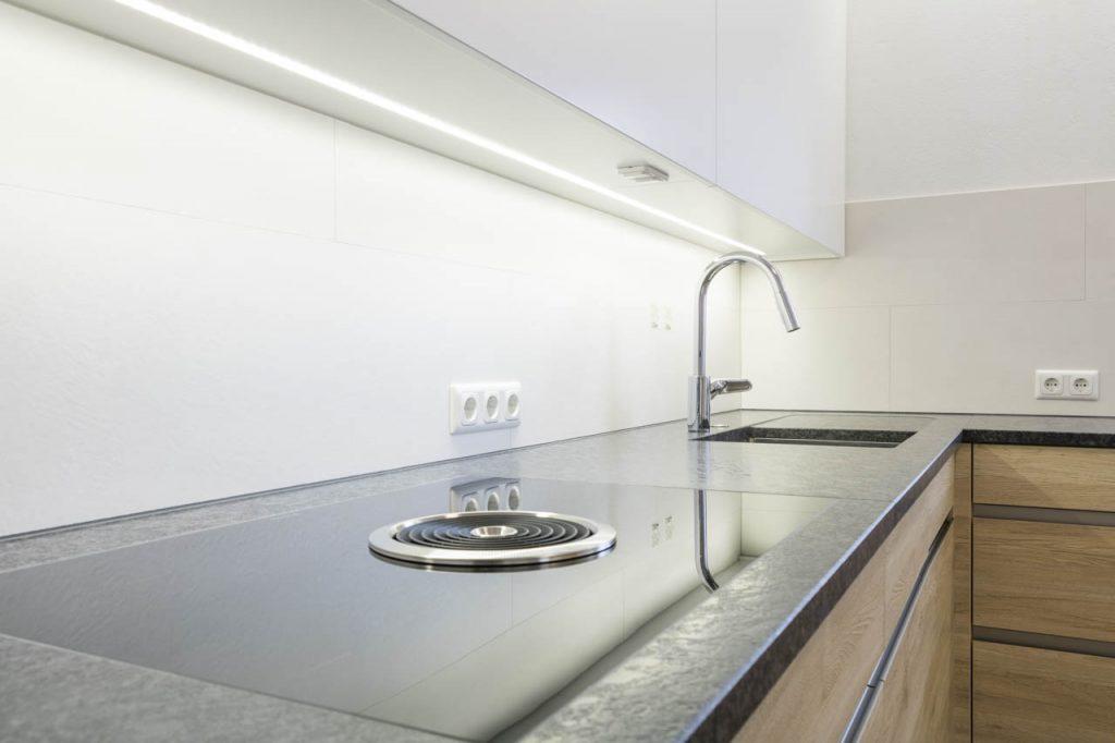 Wunderschöne küche in der kombination weiß und eiche