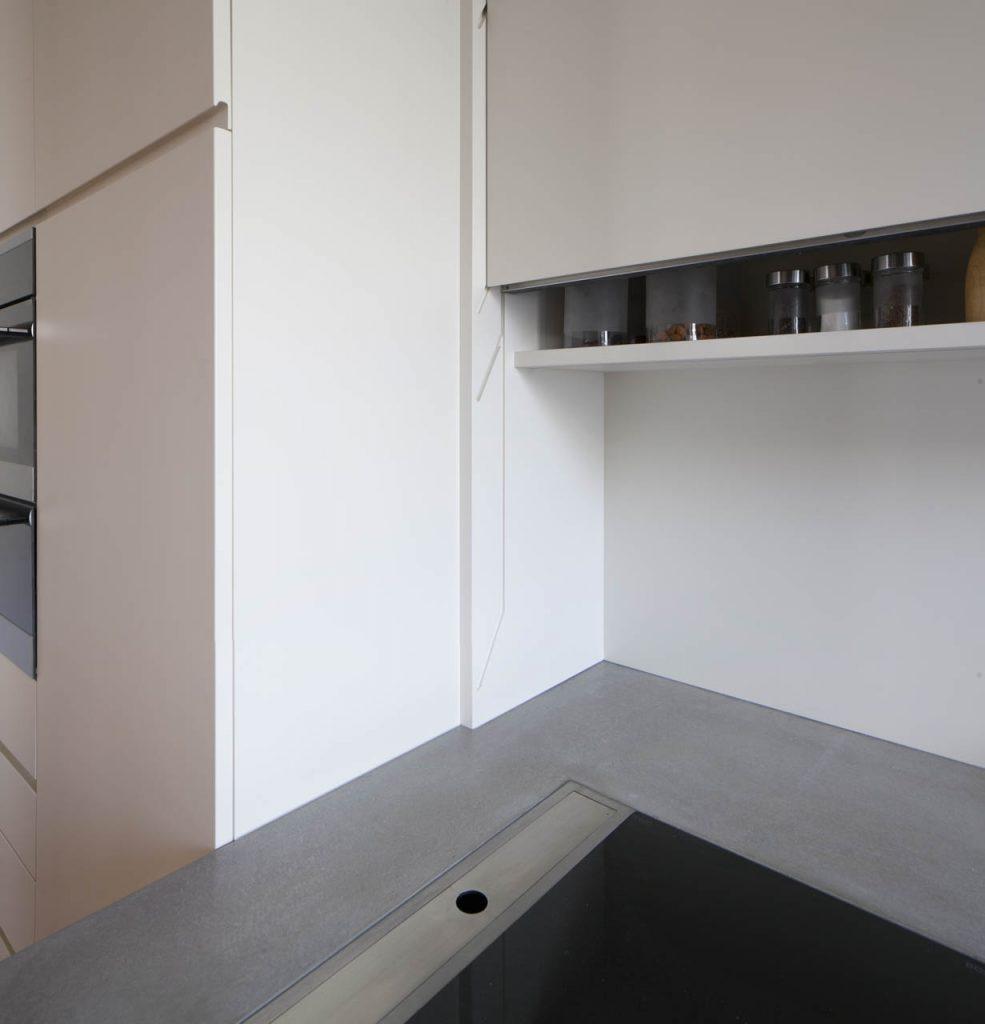 Weiße Küchenschränke mit gefräster Griffrille – Möbelwerkstatt Füchsl